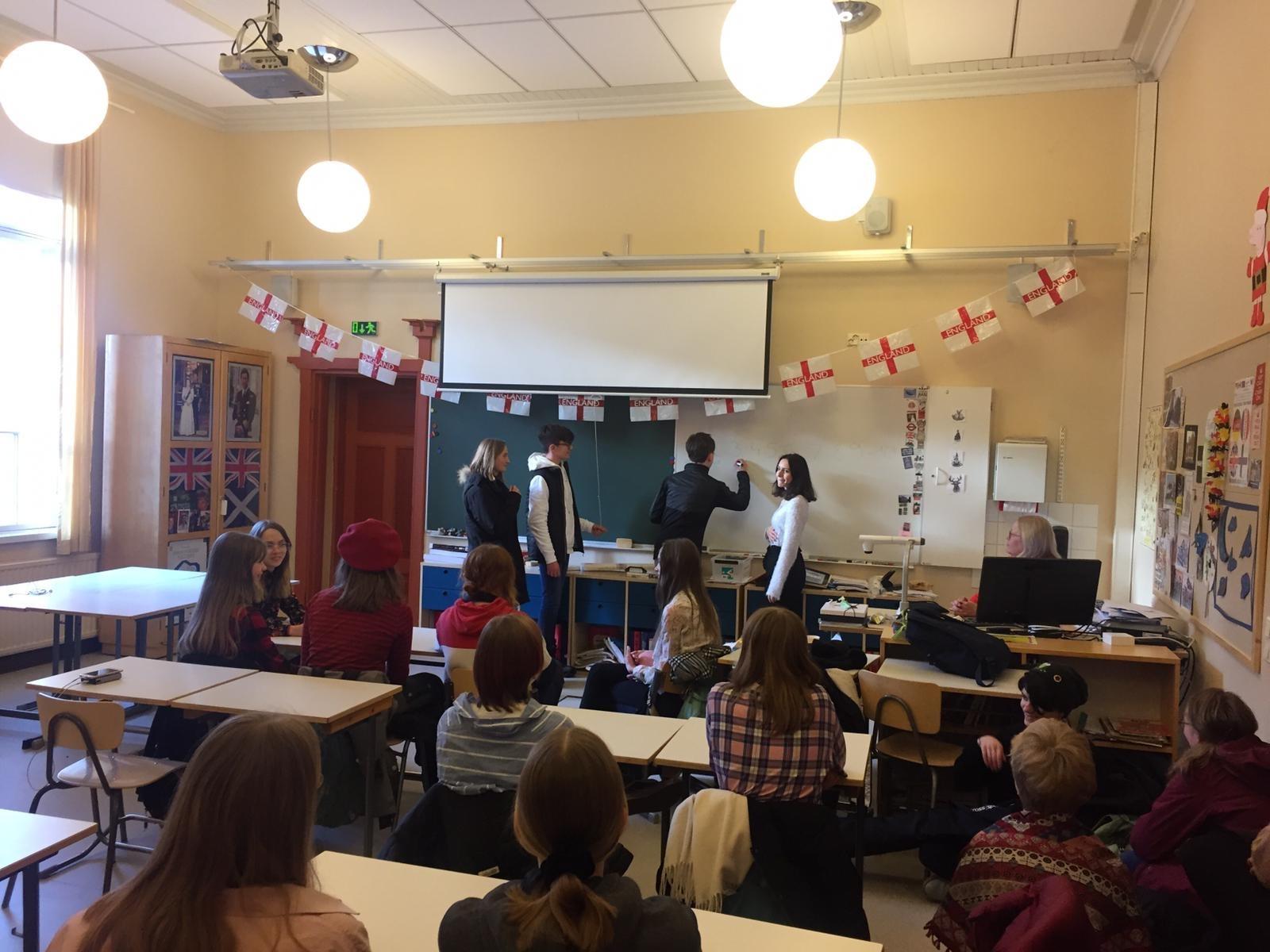 7 Les élèves donnent un cours de français aux Finlandais